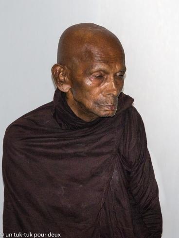 Ce moine se tient debout et médite à cet endroit tous les jours de 15 à 19 h.