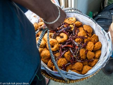 Bonne bouffe vendue dans les trains par de vendeurs itinérants qui montent dans le train à une station pour en redescendre à l'une des suivantes. Ils se promènent d'un wagon à l'autre et offrent de la nourriture, des fruits, de l'eau ou du thé. Nous avons même vu un vendeur de popsicles qui attendait à un arrêt. Il était très populaire.