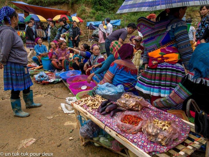 H'mongs fleurs et leurs étals de légumes au marché de Can Cau