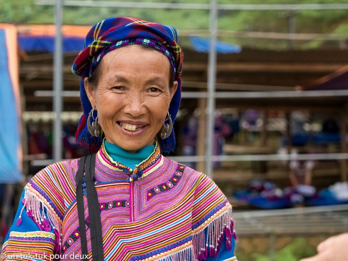 Vendeuse H'mong fleurs de sacs colorés