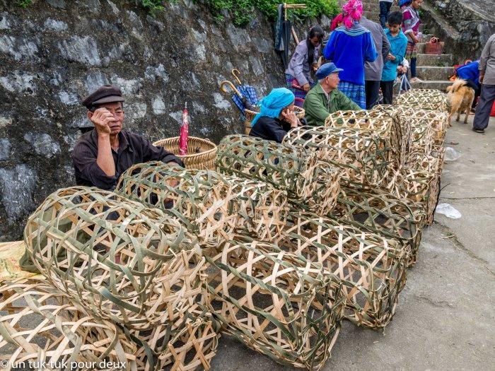 vendeur de cage pour les animaux au marché de Bac Ha