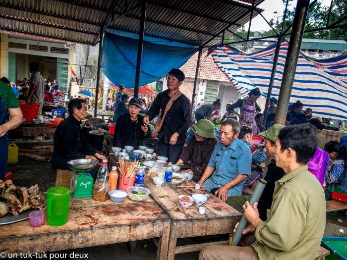 L'alcool de riz coule à flots au marché de Bac Ha