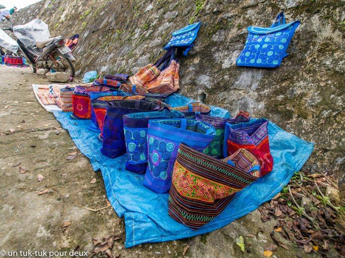 sacs de toutes les couleurs au marché de Bac Ha