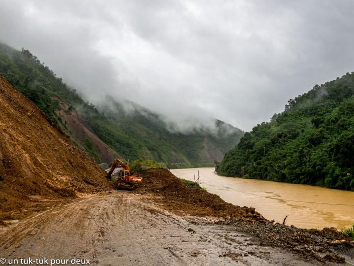 La route bloquée par le glissement de terrain et la gorges gorgée d'eau!