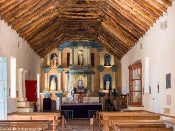 L'intérieur de l'église très sobre, mais très joli avec son plafond en bois de cactus