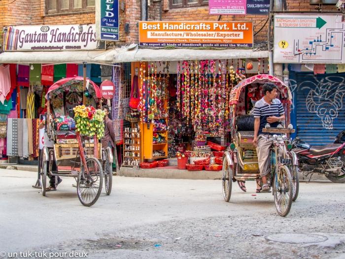 Les chauffeurs de rickshaw en attente de clients qui se font rares